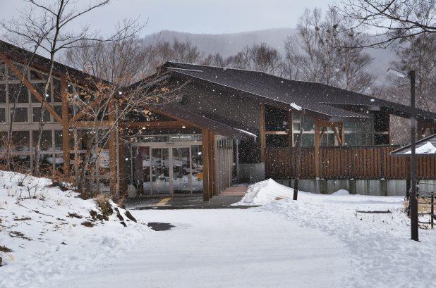 雪の舞う湯けむり館
